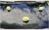 Autoschmuck mit gelben Rosen