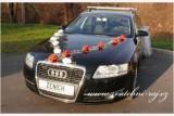 Autoschmuck mit den weissen Rosen