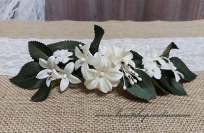 Blumenschmuck in die Brautfrisur
