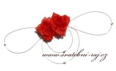 Rote Rosen als Autodekoration
