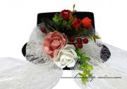 Detail anzeigen - Hut mit den Rosen und Beeren